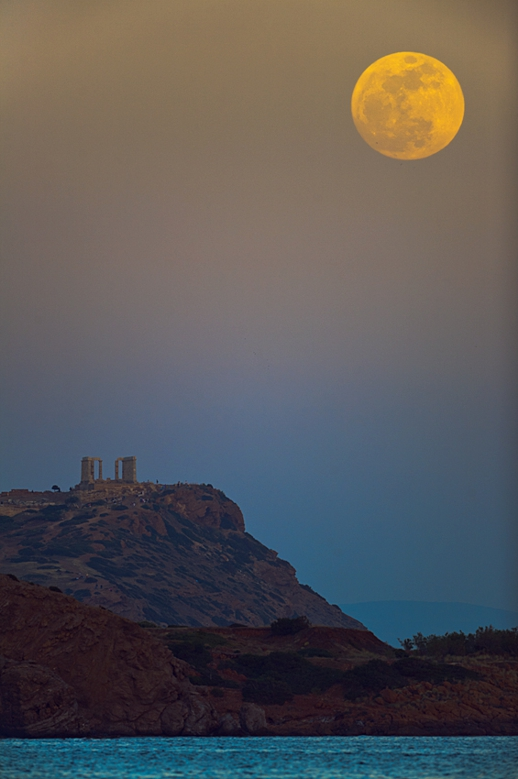 Anthony Ayiomamitis full moon photograph