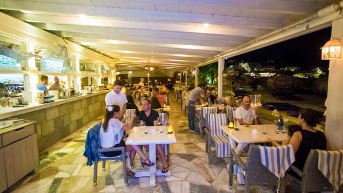 Yialo-Yialo Cafe Bar Restaurant at Platis Gialos Mykonos photo 02 from its Facebook page