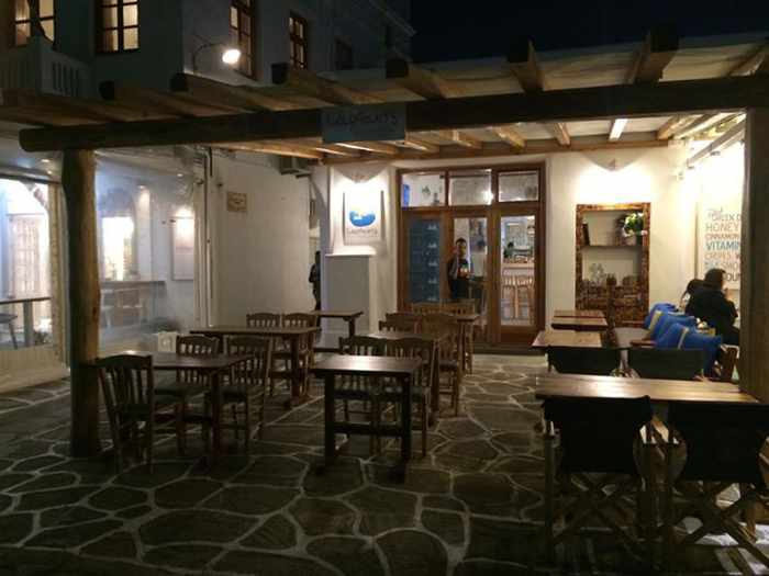 Captain's restaurant Mykonos photo from its Facebook page
