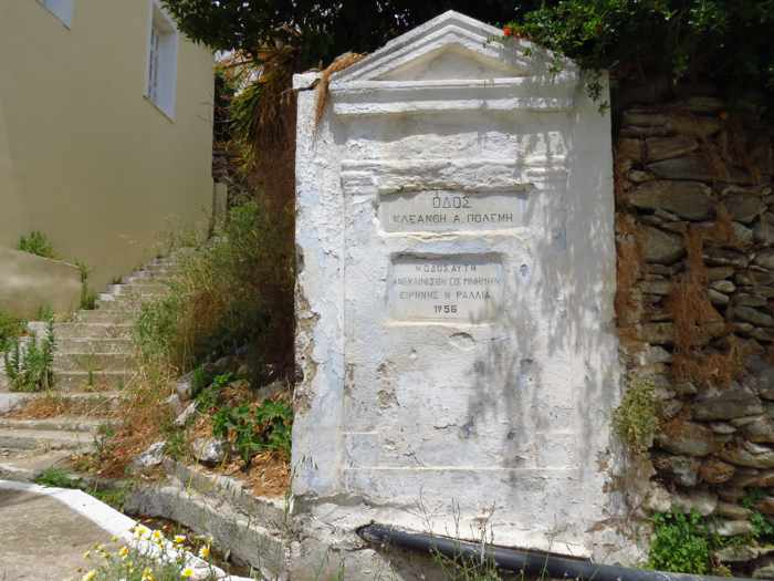 a monument on a street in Stenies
