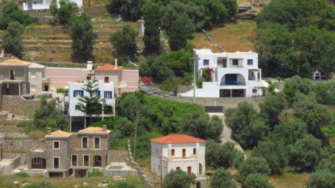 houses on a hill in Stenies