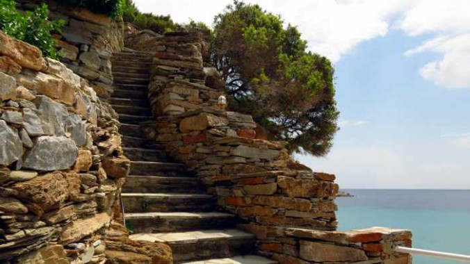 steps to Delavoyia beach