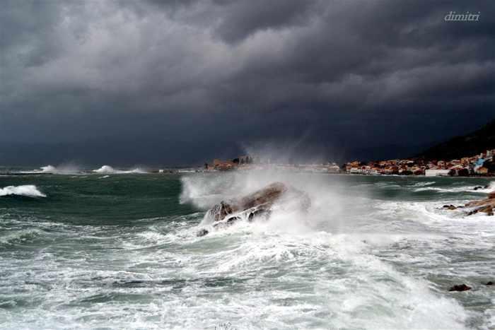Waves at Pythagorion on Samos