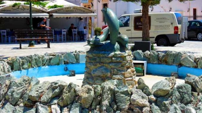 fountain near Epineio restaurant on Tinos