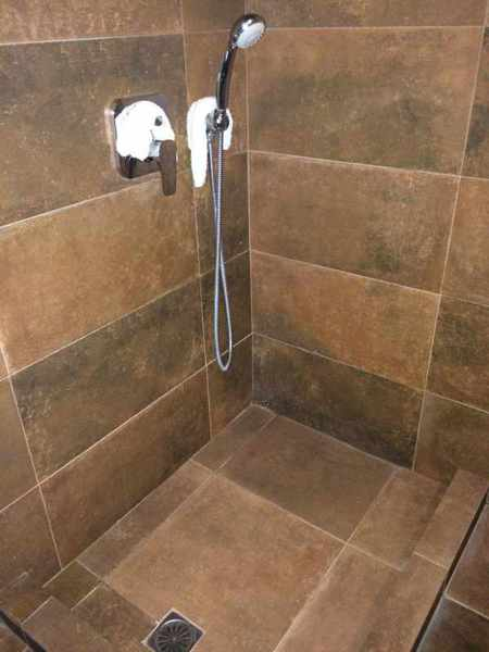 Messana Hotel bathroom shower