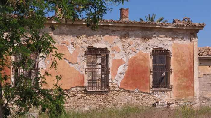a rustic old building in Kyparissia