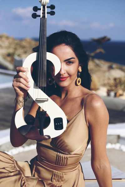 Photo of electric violinist Antonia Kaouri
