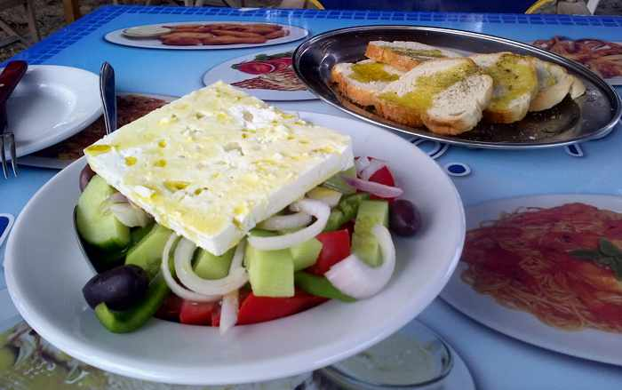 Greece, Greek islands, Cyclades, Siros, Syros, Syros island, Kini Bay, Kini, Kini Bay on Syros, bar, restaurant, cafe, taverna, beach bar, beach taverna, Mageiro Istories, Mageiro Istories Syros, Mageiro Istories Kini Bay Syros, Greek food, food, salad, Greek salad,