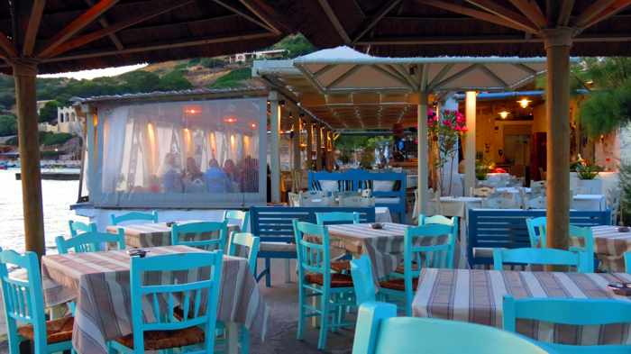 Greece, Greek islands, Cyclades, Siros, Syros, Syros island, Kini Bay, Kini, Kini Bay on Syros, bar, restaurant, cafe, taverna, Dyo Tzitzikia Sta Armyrikia, Dyo Tzitzikia Sta Armyrikia taverna Syros, Dyo Tzitzikia Sta Armyrikia taverna Kini Bay Syros, Allou Yialou, Allou Yialou restaurant Syros, patio, veranda, terrace,
