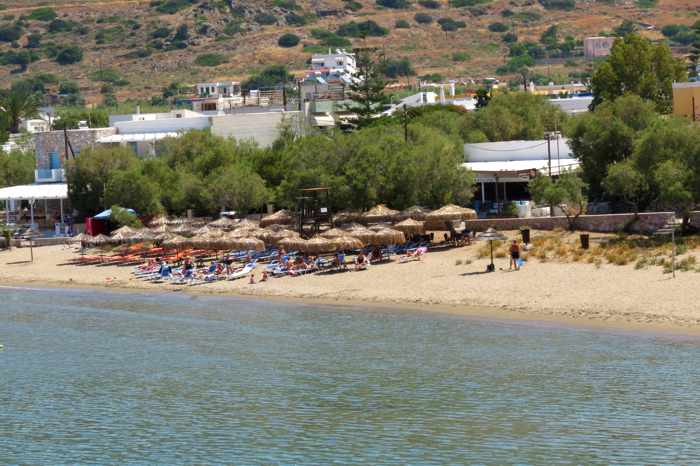 Greece, Greek islands, Cyclades, Siros, Syros, Syros island, Kini Bay, Kini, Kini Bay on Syros, bar, restaurant, cafe, taverna, beach bar, beach taverna, Mageiro Istories, Mageiro Istories Syros, Mageiro Istories Kini Bay Syros, Kini beach, beach, organized beach,