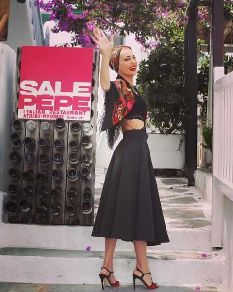 Sale e Pepe restaurant on Mykonos presents live music entertainment by singer Kelly Kaltsi
